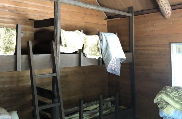 川場谷野営場にある避難小屋のベッド