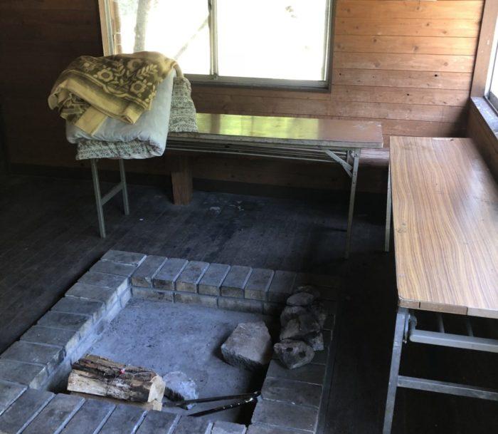 川場谷野営場にある避難小屋の居間
