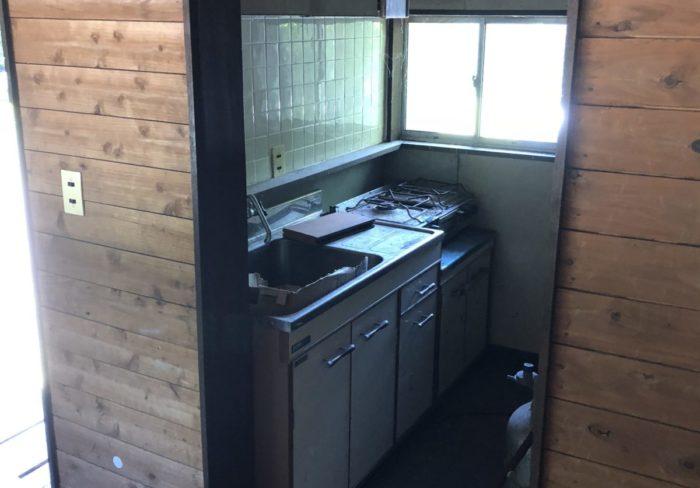 川場谷野営場にある避難小屋のキッチン