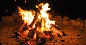 焚火を囲む