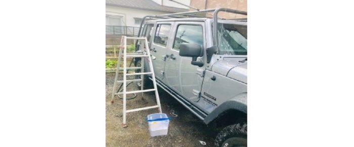 脚立を使って洗車
