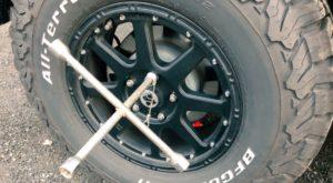 ラングラーのタイヤのボルトを外す