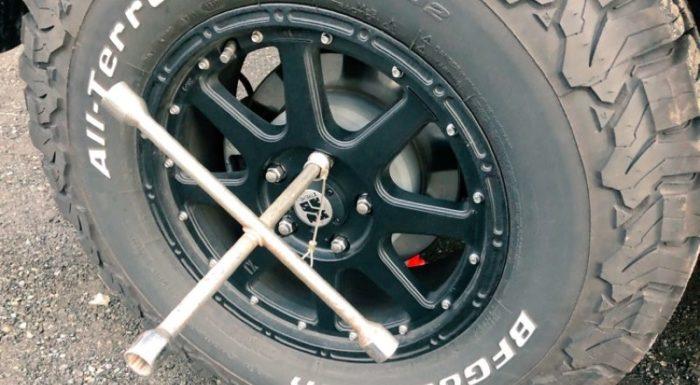 ラングラーのタイヤ交換:ボルトを外す