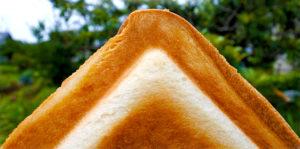 カリッと耳まで焼けているパン