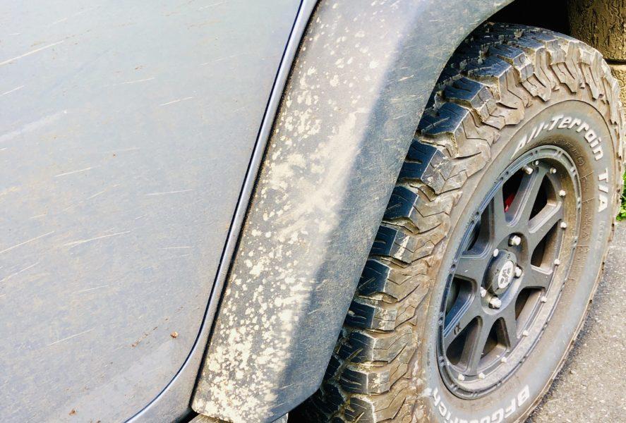 山道で車が泥だらけ