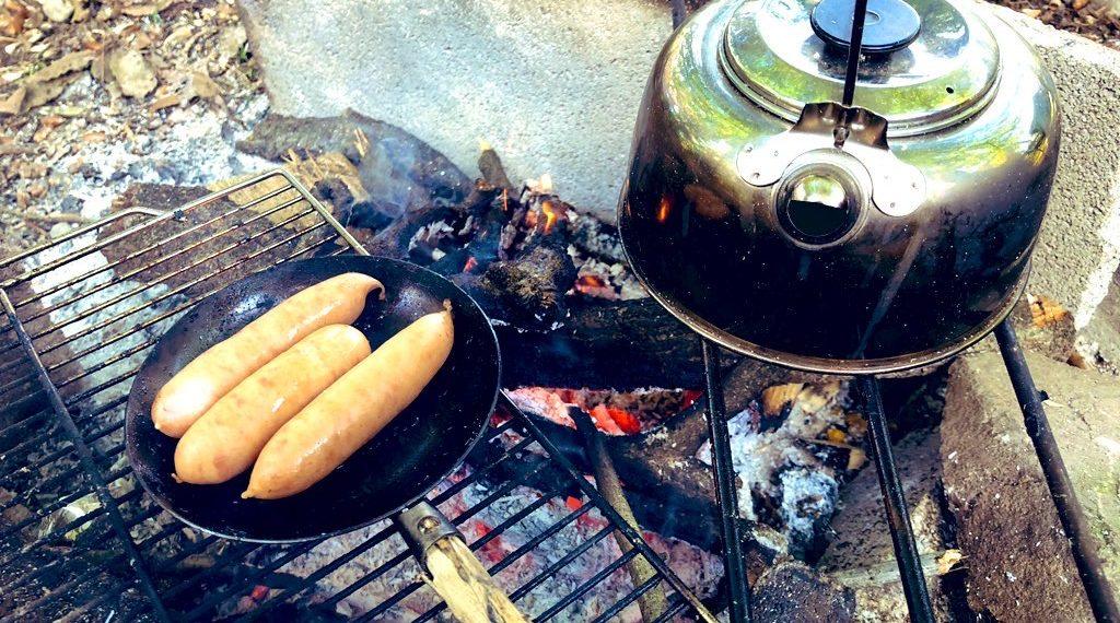 朝食のソーセージとコーヒー